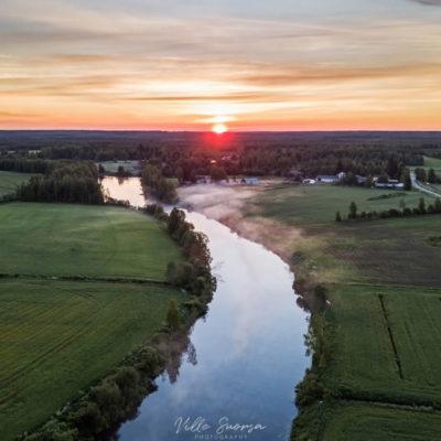 Auringonlasku Oulaisissa Pyhäjokivarressa