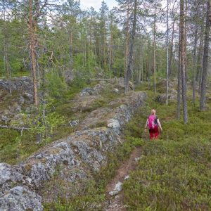 Rytilampien alueella polku kulki kallioiden välissä